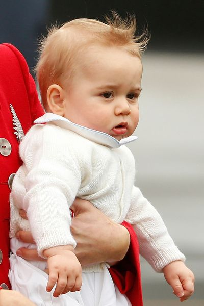 catherine-holds-her-son-prince-george-after-disembarking-in-wellington_4874575