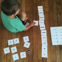 Kids activity: apprendre à compter avec les barrettes de perles (Montessori)